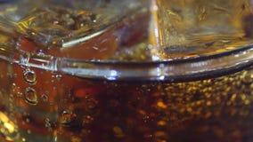 Cola e hielo sabrosos en vidrio metrajes