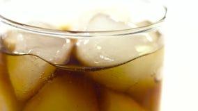 Cola e hielo sabrosos en vidrio almacen de metraje de vídeo