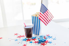 Cola e popcorn con le caramelle sulla festa dell'indipendenza Immagine Stock