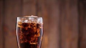 Cola en vidrio almacen de metraje de vídeo