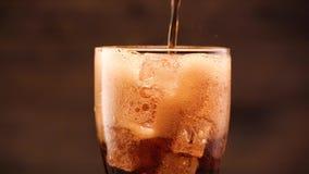 Cola en vidrio almacen de video