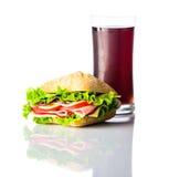 Cola fredda con il panino dell'hamburger su fondo bianco Fotografia Stock Libera da Diritti