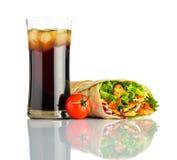 Cola fredda con il panino di Shawarma isolato su bianco Fotografie Stock