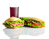 Cola fredda con il panino e l'hamburger isolati su bianco Immagini Stock