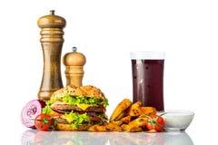 Cola fredda con l'hamburger e le fritture su bianco Fotografie Stock