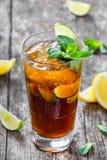 Cola fria com hortelã, cal e gelo no vidro no fundo de madeira Bebidas do verão e cocktail alcoólicos Fotos de Stock