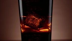 Cola helada con los cubos de hielo en la soda - tiro de la cámara lenta metrajes