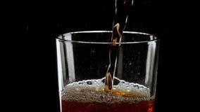 Cola helada de restauración de colada en un vidrio metrajes