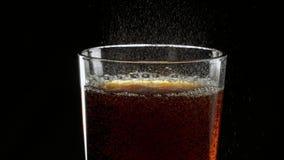 Cola helada de restauración de colada en un vidrio almacen de metraje de vídeo