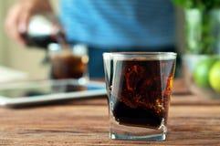 Cola i ett exponeringsglas med exponeringsglas Royaltyfria Bilder