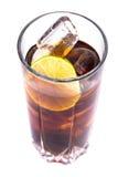 Cola i högväxt exponeringsglas med iskuber och limefrukt Fotografering för Bildbyråer