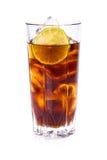 Cola i högväxt exponeringsglas med iskuber och limefrukt Arkivbild