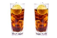 Cola i högväxta exponeringsglas med iskuber och limefrukt Royaltyfri Fotografi