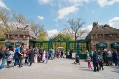 Cola a la oficina de boleto del parque zoológico Imagen de archivo libre de regalías