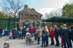 Cola a la oficina de boleto del parque zoológico Imagenes de archivo