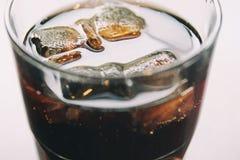 Cola med is arkivbild