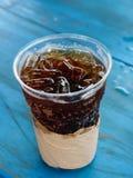 Cola med is i takeaway kopp Royaltyfri Bild