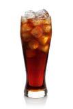 Cola med iskuber i ett exponeringsglas Arkivfoto