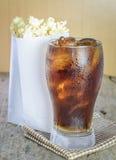 Cola med is och popcorn royaltyfri bild