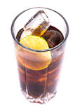 Cola no vidro alto com cubos e cal de gelo Imagem de Stock