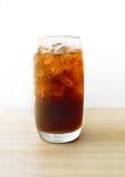 Cola no vidro com cubos de gelo Fotos de Stock Royalty Free