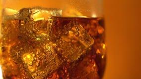 Cola no vidro com cubos e bolhas de gelo Fundo do alimento Close-up da soda video estoque