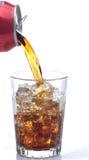 Cola que vierte en el vidrio Imágenes de archivo libres de regalías
