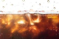 Cola som plaskar bakgrund med sodavattenbubblan L?sk eller uppfriskning royaltyfria foton