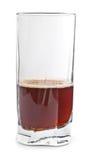 Cola in vetro su bianco immagini stock