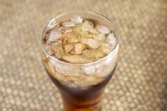 Cola in vetro su fondo di bambù tessuto Immagini Stock