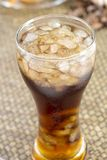Cola in vetro su fondo di bambù tessuto Fotografia Stock