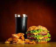 Cola y Fried Potatoes de la hamburguesa Foto de archivo