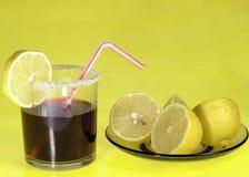 Cola y limones de la bebida Imágenes de archivo libres de regalías