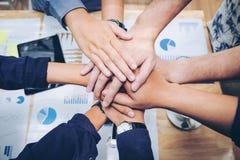 Colaboração de junta Concep do espírito de equipe das mãos dos trabalhos de equipa do negócio fotos de stock
