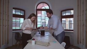 Colaboração dois colegas de trabalho no estúdio do projeto vídeos de arquivo