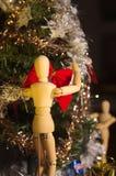 Colaboración para poner las decoraciones de la Navidad al árbol y los regalos de Santa Claus fotografía de archivo