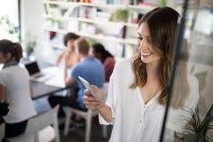 Colaboración y análisis por los hombres de negocios que trabajan en oficina imagen de archivo libre de regalías
