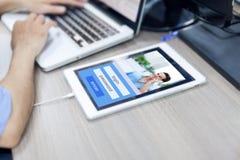 Colaborador de aplicação móvel do tablet pc fotos de stock