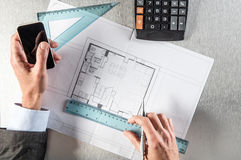 Colaborador de propriedade conectado com a cópia azul da arquitetura que comunica-se no smartphone Foto de Stock