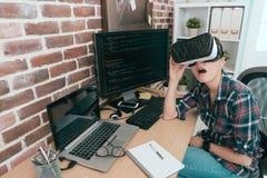 Colaborador fêmea do sistema de dados da beleza entusiasmado Imagens de Stock