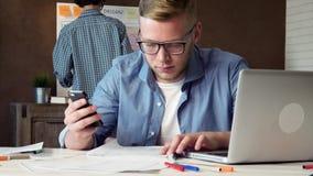 Colaborador móvel do app que compara o móbil e as versões da Web de seu conceito de projeto video estoque