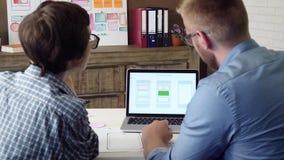 Colaborador móvel do app que explica seu conceito de projeto ao colega de trabalho video estoque