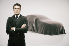 Colaborador que apresenta o carro novo Fotos de Stock Royalty Free