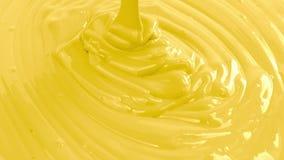 Colada amarilla de la pintura