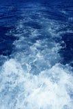 Colada azul del propulsor del agua de la espuma de la estela del barco Fotografía de archivo