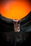 Colada de acero caliente en la planta siderúrgica Foto de archivo