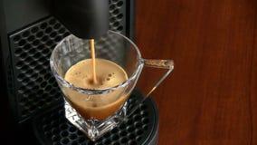Colada de cristal del fabricante de la máquina de café express del café de la taza almacen de metraje de vídeo