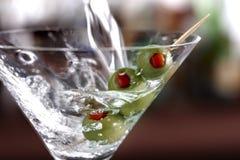 Colada de un Martini Fotografía de archivo libre de regalías