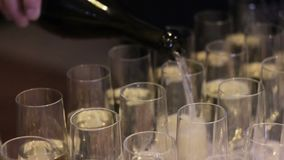 Colada de un vidrio de vino blanco almacen de video