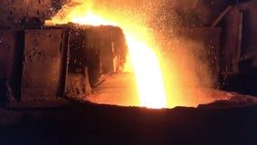 Colada del metal líquido del horno de hogar abierto almacen de metraje de vídeo